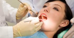 Diş eti iltihabı tedavi edilmezse diş etrafındaki kemiği eritiyor